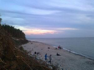 Klif po zachodniej stronie plaży